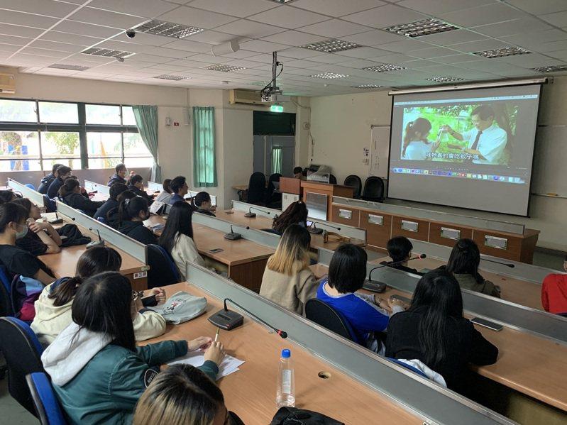 中華醫大「A吃蚊ㄟ特攻隊」、「病媒蚊熱搜隊」宣導影片發表會吸引許多師生到場觀看。圖/校方提供