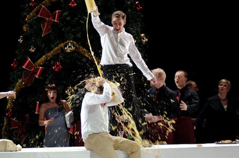 12月24日 至12月27日浪漫耶誕周間,歌劇院推出應景浦契尼歌劇「波希米亞人」作為首選節目。這檔節目由德國導演安德理亞.荷穆齊(Andreas Homoki)以當代視角詮釋,12月24日至27日在大劇院連演4場。圖/台中國家歌劇院提供