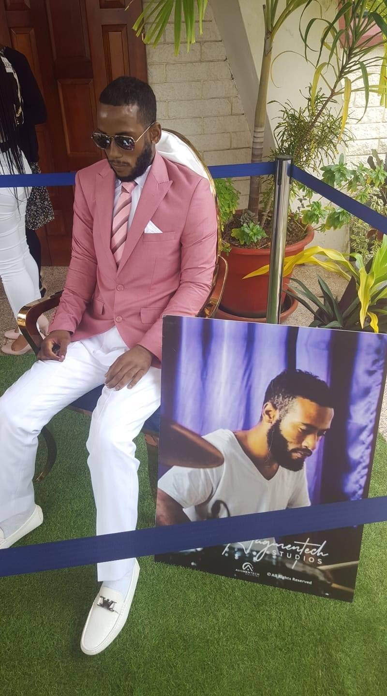 29岁的死者查穿上粉红色西装、白色西装裤、白皮鞋及墨镜,遗体被亲友放置在教堂外。TWITTER/@Euginearinda(photo:UDN)