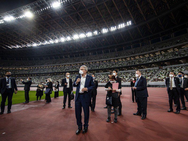 國際奧會主席巴赫(前中)上月赴東京參觀奧運主場館。歐新社