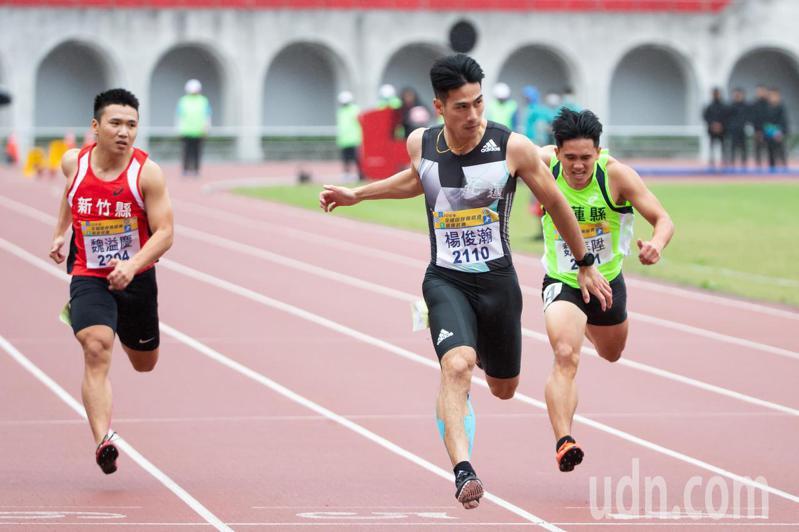 楊俊瀚(中)在下午進行的男子100公尺決賽中以10秒13輕鬆奪冠並打破大會紀錄。記者季相儒/攝影
