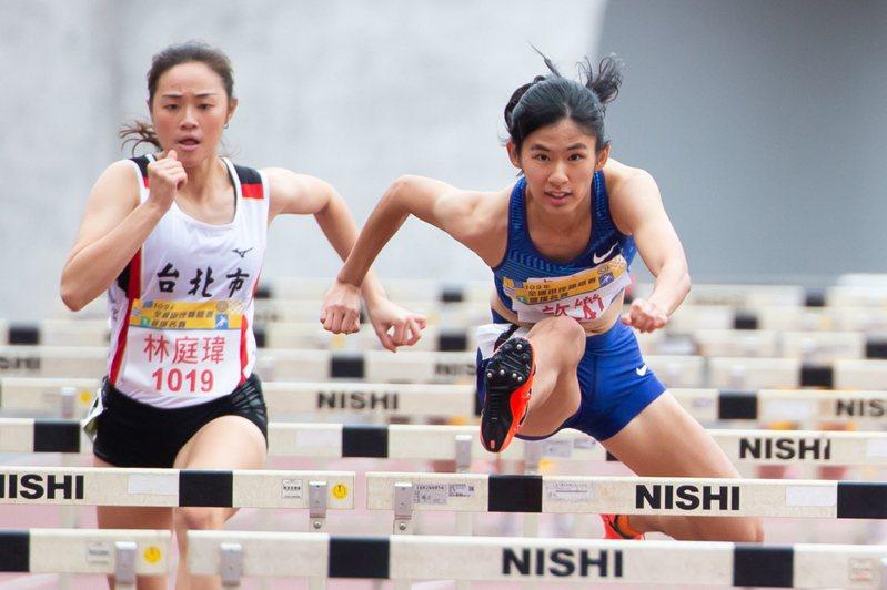 新民高中許樂(右)在女子100公尺跨欄決賽跑出歷年第三傑的13秒19佳績。記者季相儒/攝影