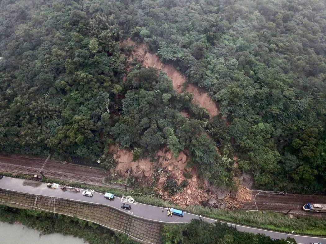 台鐵瑞芳至猴硐間邊坡,因連日大雨,今日上午大量土石坍方,造成鐵路中斷,恐需四天才...
