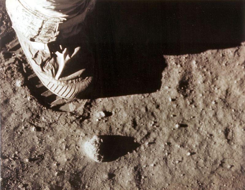 1969年7月20日,美國太空人阿姆斯壯用右腳在月球土壤上留下腳印。(法新社)
