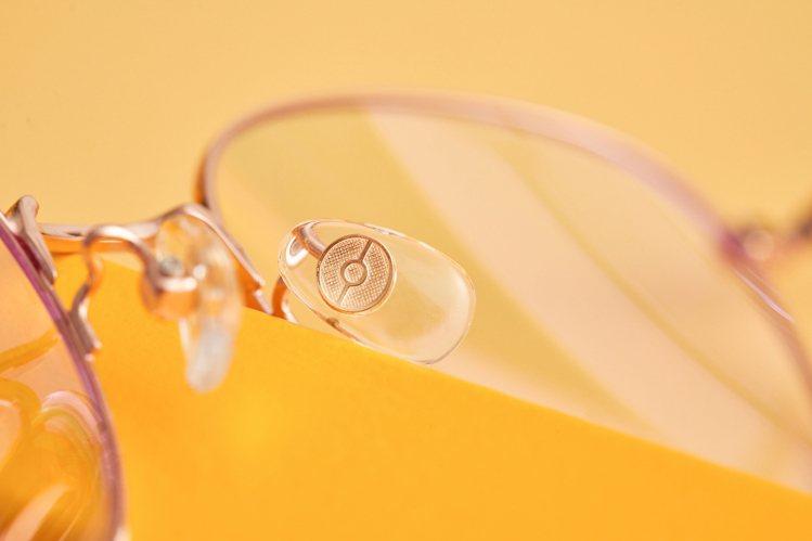小林眼鏡寶可夢聯名眼鏡,精靈球融入了鼻墊的設計。圖/小林眼鏡提供