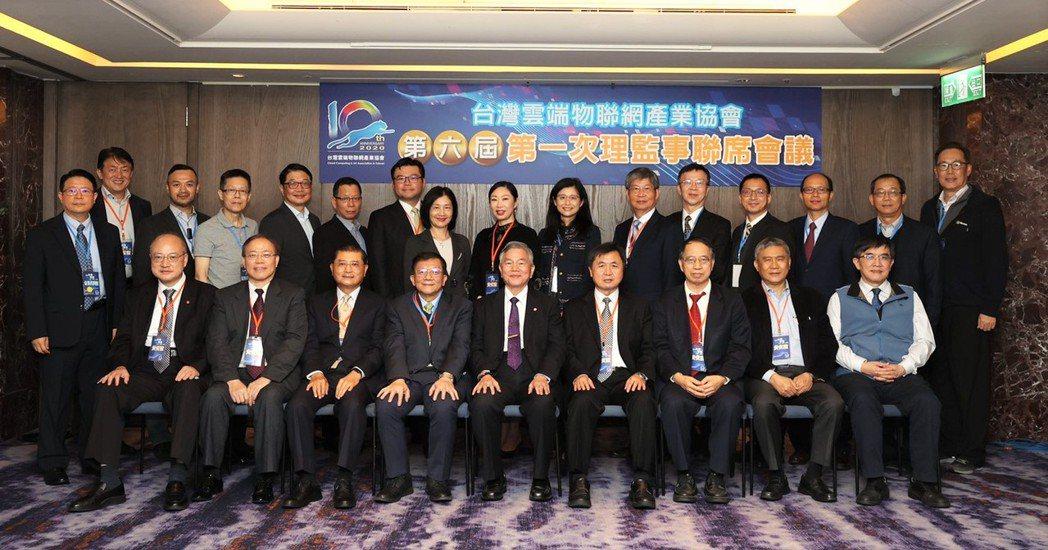 行政院副院長沈榮津(前排中)與台灣雲協新任理監事合影。圖/台灣雲協提供