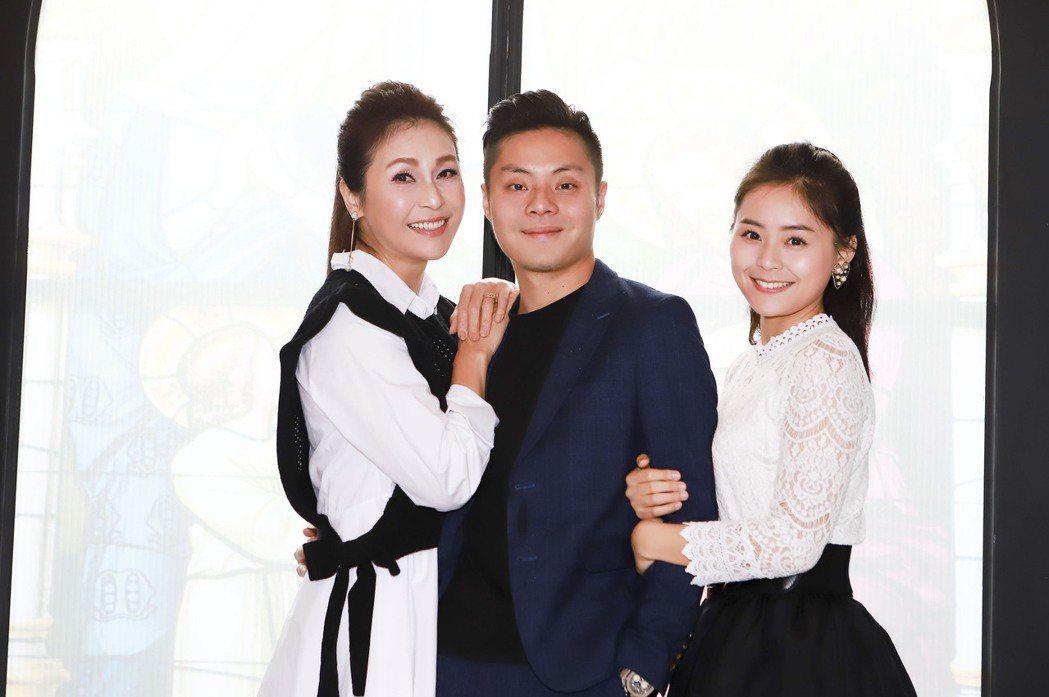 梁佑南(左起)帶著兒女方璿、方琦開心宣布餐酒館開業。圖/民視提供