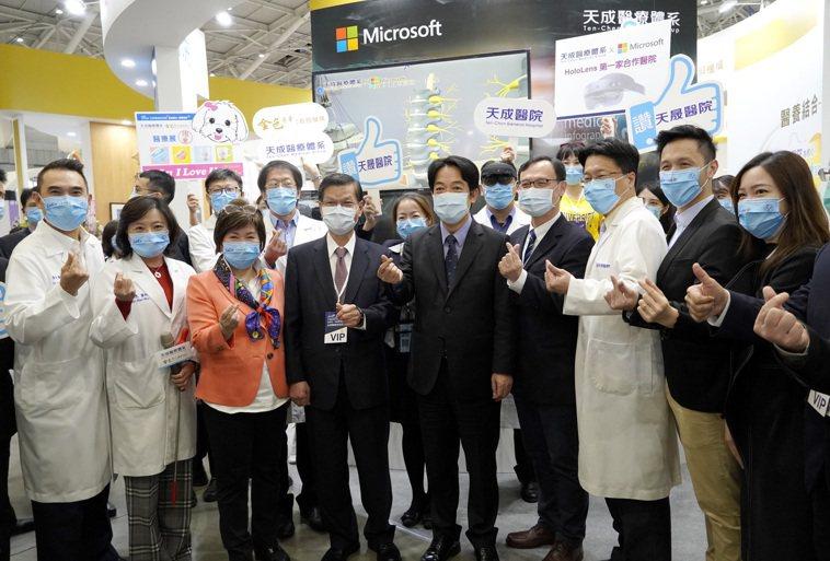 醫療科技展現正展出天成醫療體系與微軟合作引進的HoloLens2,副總統賴清德(...