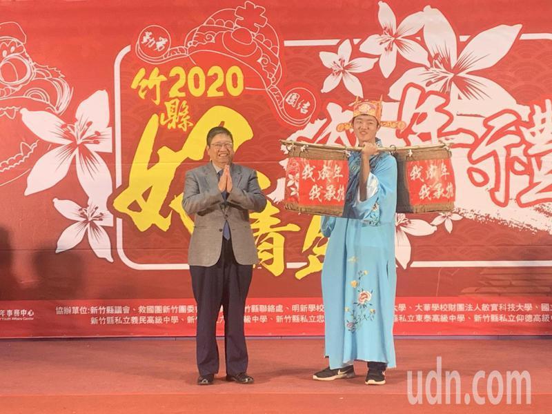 在縣長楊文科見證下,青年學子上台挑擔,象徵承擔起成年的責任。記者巫鴻瑋/攝影