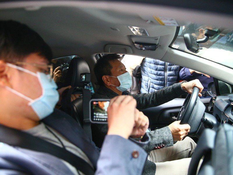 國民黨團總召林為洲(右)與國民黨青年團昨天到中正一分局,告發行政院長蘇貞昌散播不實訊息,違反「社維法」,他也親自開車實測中正一分局的便民停車位 。記者葉信菉/攝影