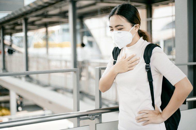 一走路或是爬樓梯就會喘不停,建議定期三個月做一次肺功能檢查。圖/123RF