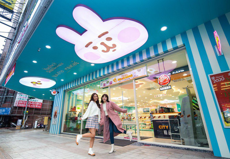 7-ELEVEN「卡娜赫拉的小動物聯名3號店」店外騎樓天花板有粉紅兔兔與P助立體造型燈箱以及造型招牌。圖/7-ELEVEN提供