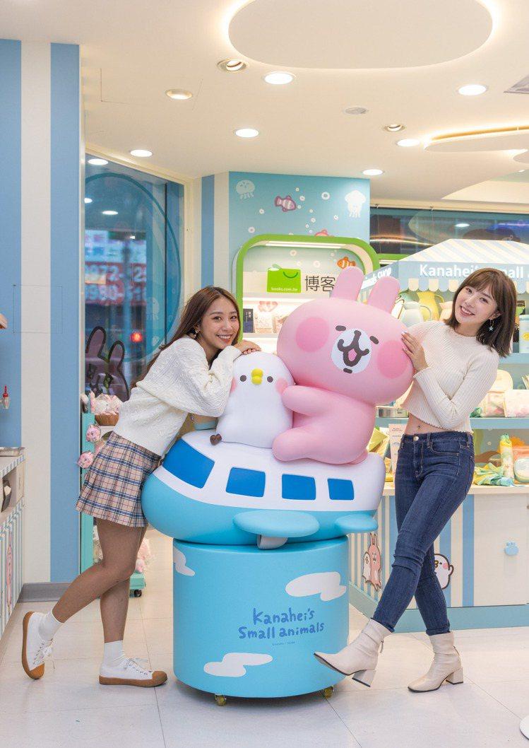7-ELEVEN「卡娜赫拉的小動物聯名3號店」由粉紅兔兔與P助搭乘飛機造型的大型...