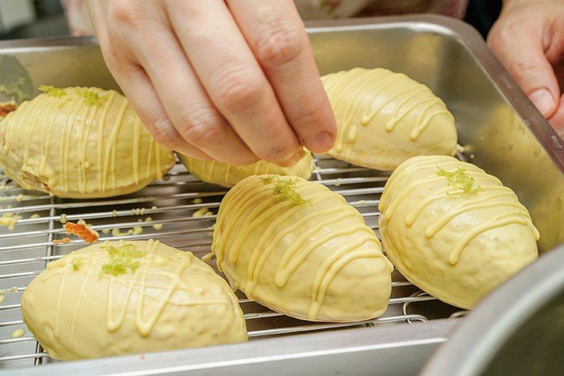古早味檸檬蛋糕:來回擠出閃電形裝飾,撒上檸檬皮屑,立刻送入冷藏。圖/優品文化 提供