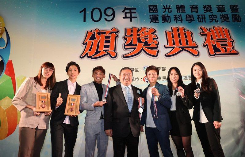 奧會主席林鴻道(中)與獲得國光獎章的黃金計畫選手合照。圖/體育署提供