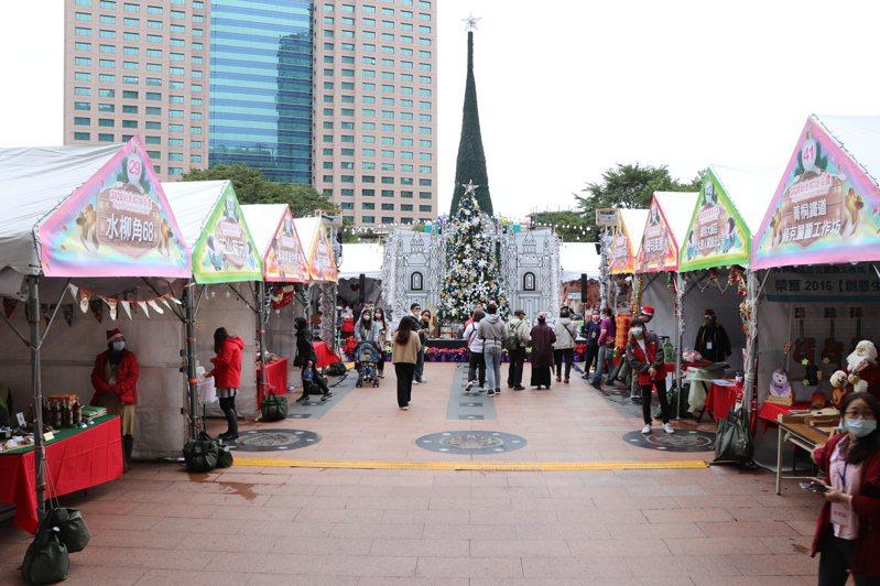 一年一度的新北耶誕市集即日起在板橋市民廣場登場,共有4大類、80間名攤。記者吳亮賢/攝影