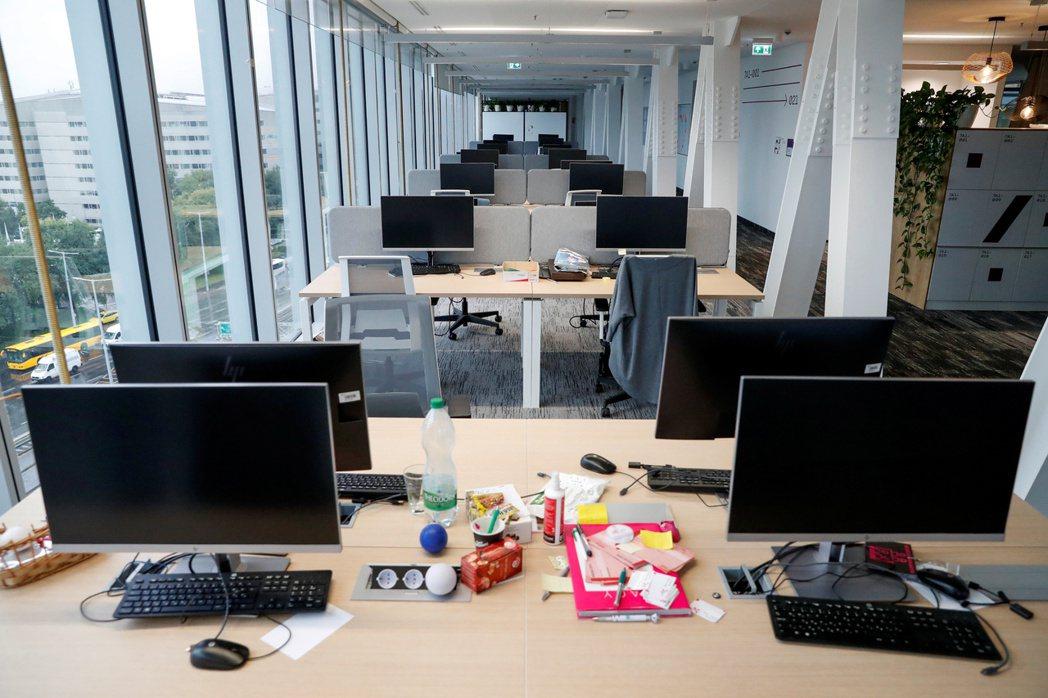 新冠疫情下,許多企業都要求員工在家辦公,辦公室空蕩蕩,辦公室印表機需求銳減。  ...