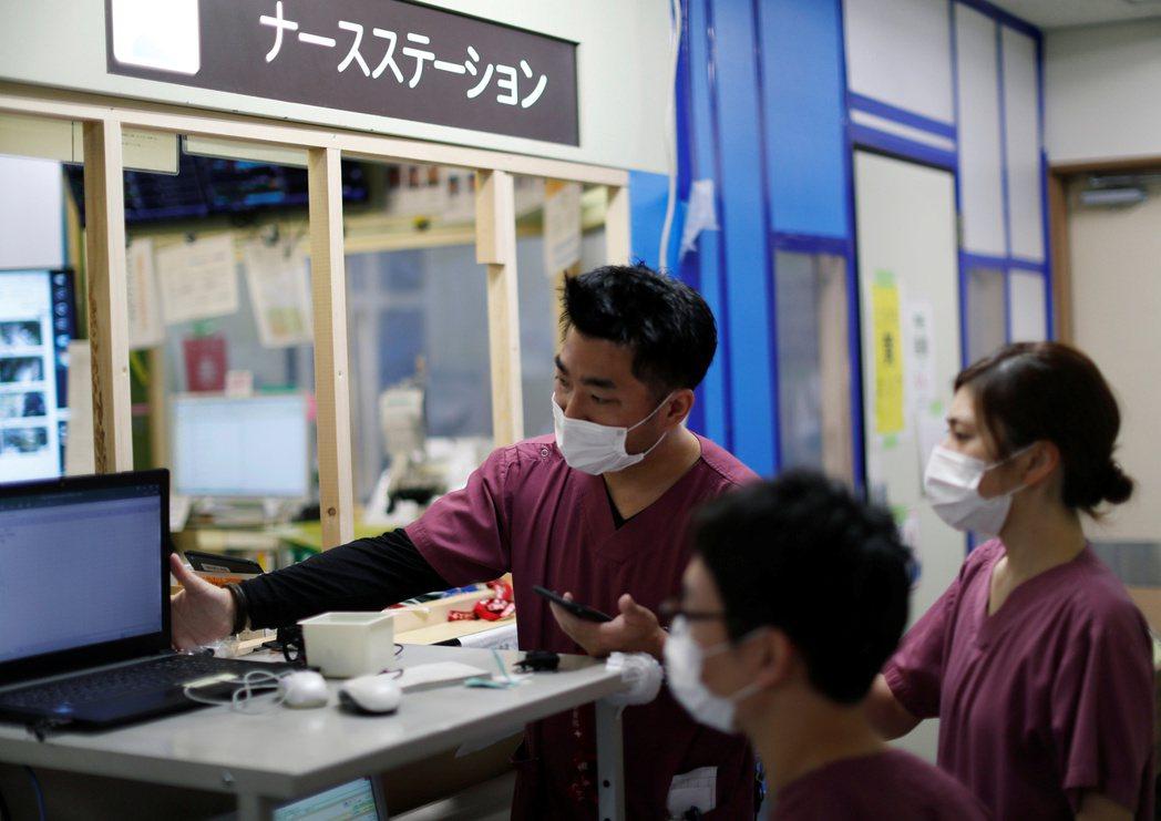 共同社(Kyodo)3日取得的政府草擬文件顯示,新紓困計畫將包括擴大補助醫療機構...