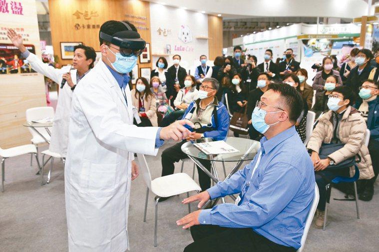 HoloLens2混合實境裝置與遠端軟體,可協助居家整合醫療遠距會診。記者曾吉松...