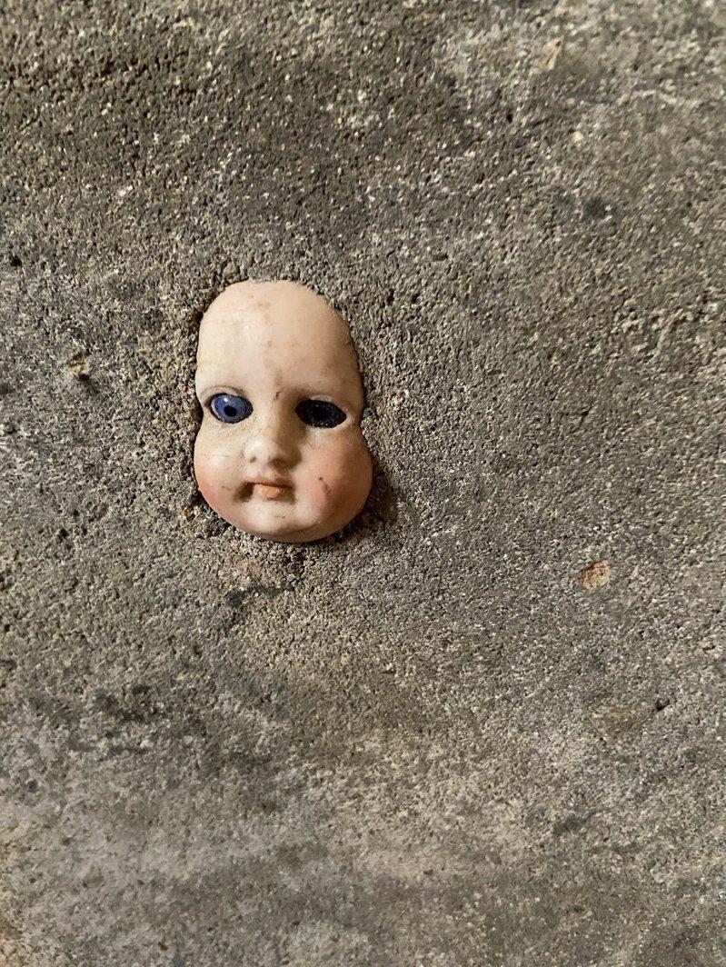 原PO姊姊新家地下室的牆面出現一張詭異洋娃娃臉。圖擷自twitter