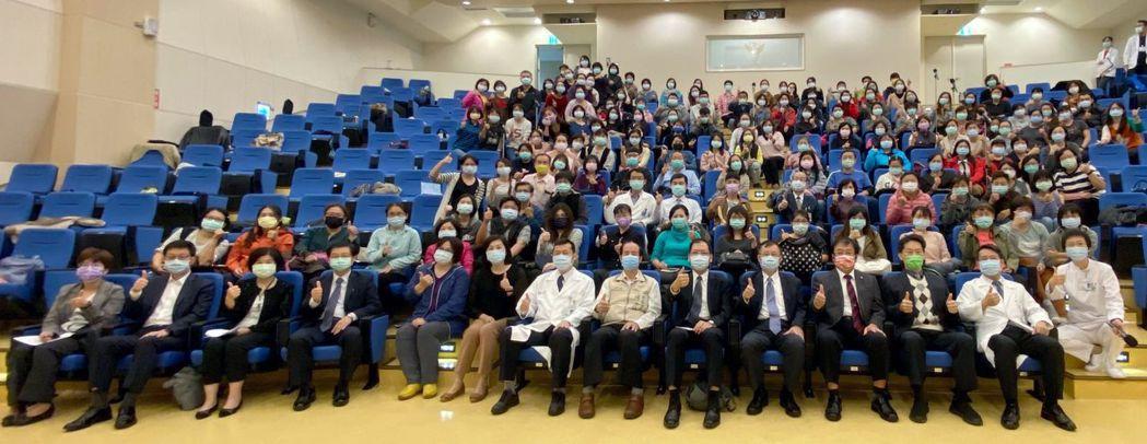 疫情後發展智慧科技長照,奇美醫學中心舉行國際研討會合影。 奇美醫學中心/提供。