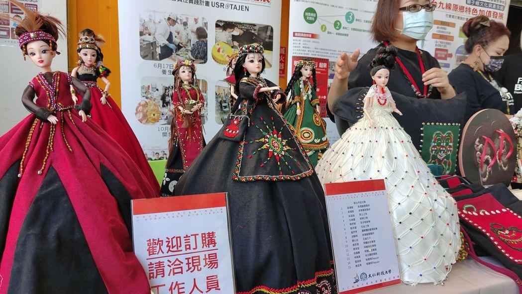 現場展示相當精緻漂亮的客製化禮服人偶。 楊鎮州/攝影