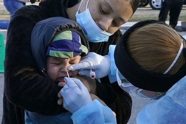 美國累計已有1400萬多人染疫,占全球總數的五分之一。 美聯社