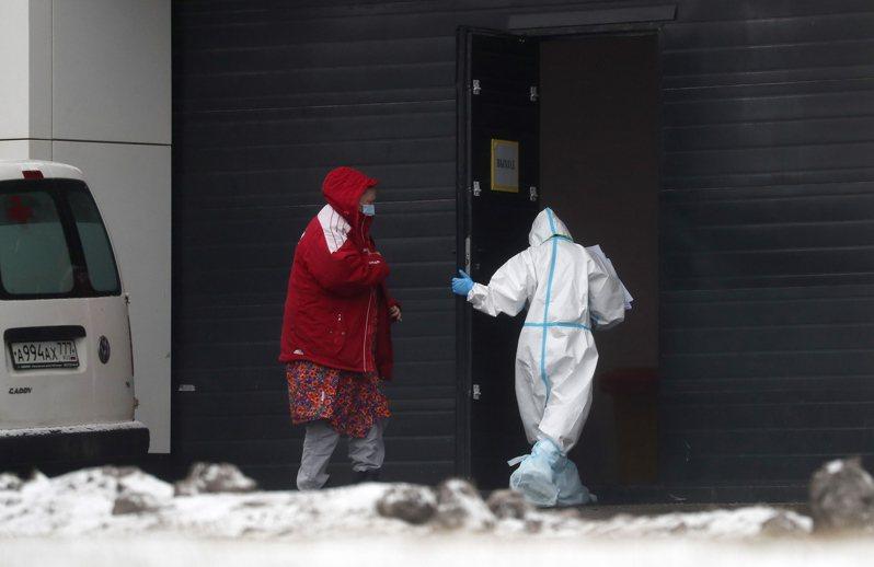 俄羅斯今天通報新增2萬8782起2019冠狀病毒疾病(COVID-19)確診病例,創下單日新高紀錄,其中7993例在首都莫斯科,全國自疫情爆發以來累計243萬1731例確診。 歐新社