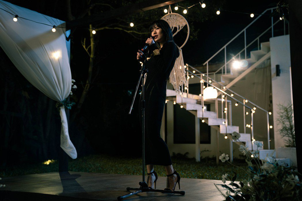 孫盛希在「還不夠」MV出演參加婚禮的神秘女子。圖/滾石唱片提供