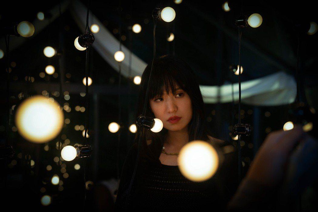 孫盛希推出欲望系列MV首部曲「還不夠」。圖/滾石唱片提供