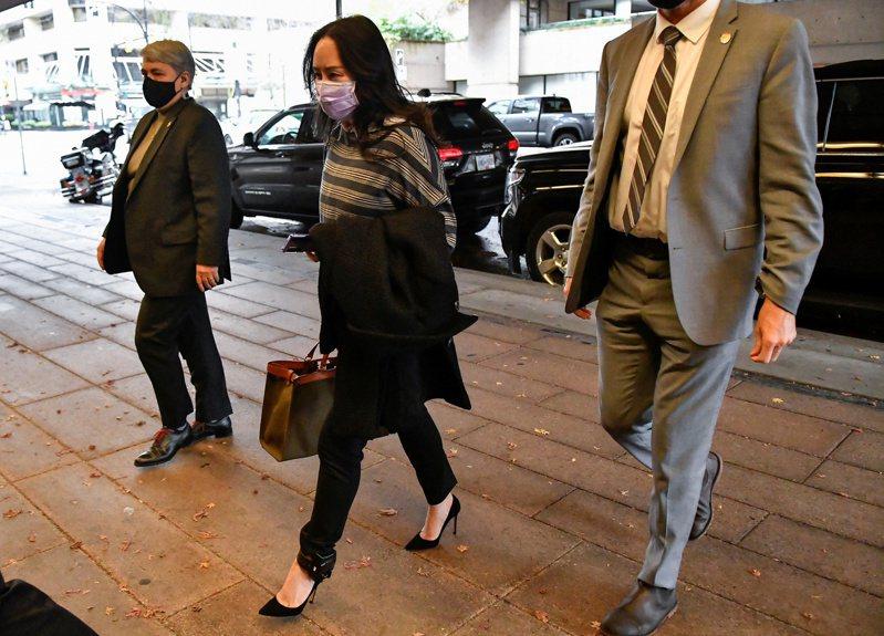 傳美司法部正與華為財務長孟晚舟(中),就解決官司進行談判。圖為孟晚舟十一月廿三日在溫哥華出庭。(路透)