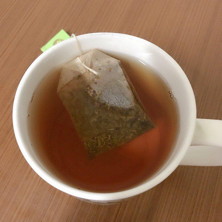 沖一杯熱茶慢慢啜飲,茶葉的清香可消除食物殘留口腔的味道。圖/李月治提供