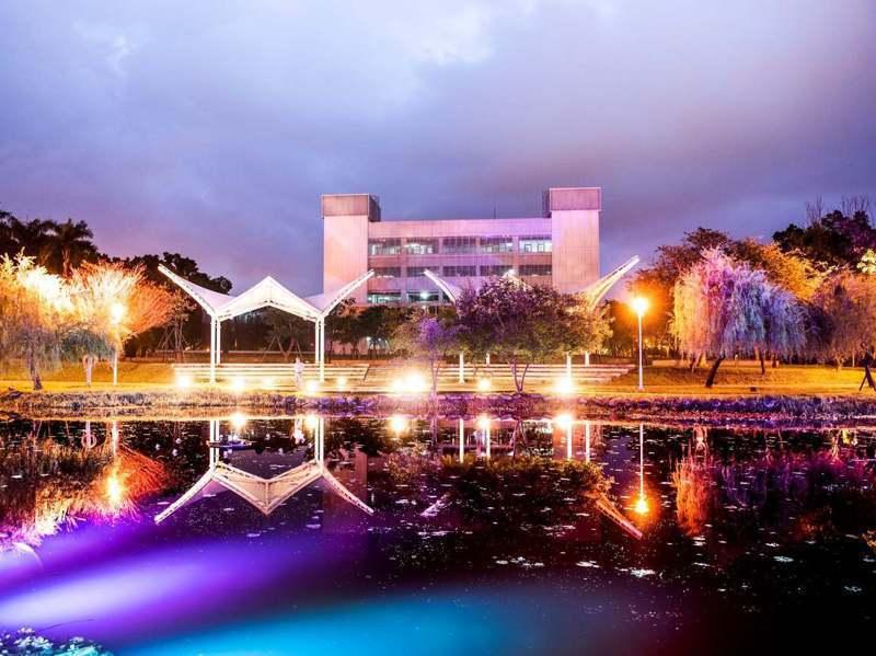 屏東縣立圖書館總館名列IG熱門夢幻十景之一,圖書館廣場的景觀池,柔和燈光倒映水面,愈夜愈美麗。 圖/屏東縣文化處提供