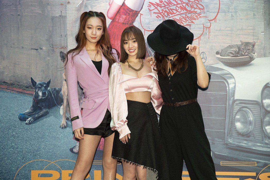吳卓源(左)、?te壞特(右)力挺好友陳芳語。圖/華風數位提供