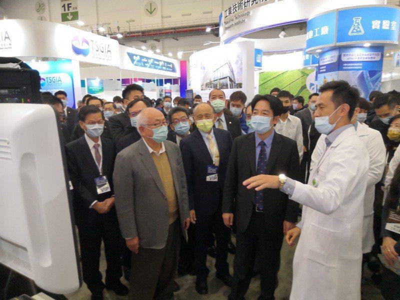 台灣醫療科技展自即日起至六日在台北南港展覽館舉行,副總統賴清德昨天(12月4日)到秀傳醫療體系展場,在秀傳醫療體系總裁黃明和陪同下,參觀裸視3D螢幕。 圖/秀傳醫療體系提供