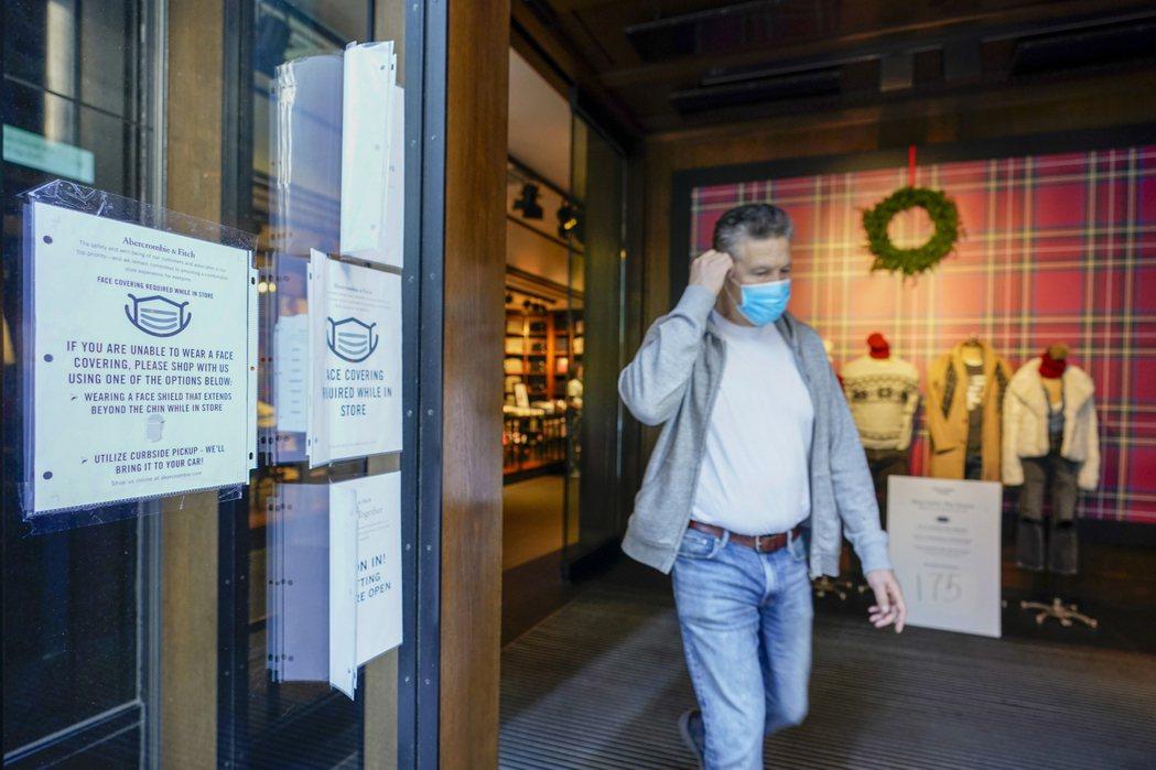 美國CDC首次呼籲民眾在非家中的室內場所戴口罩。美聯社