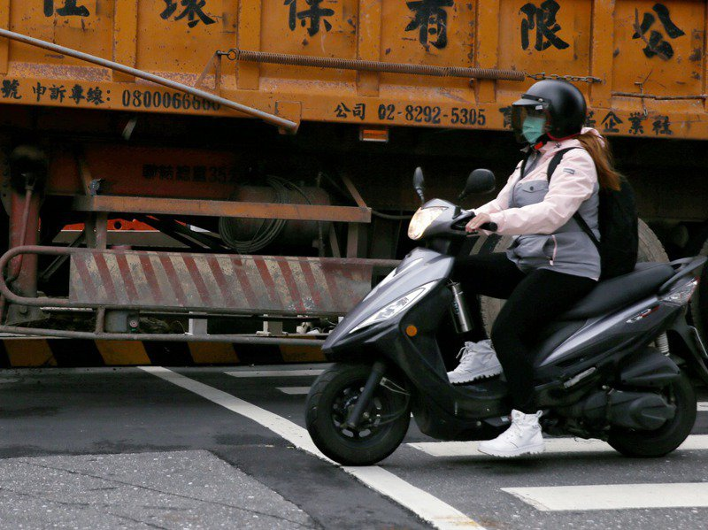 國內大貨車「內輪差」事故頻傳,學者提出降低防捲入裝置離地距離為20公分,但業界認為實務上不容易。記者曾原信/攝影