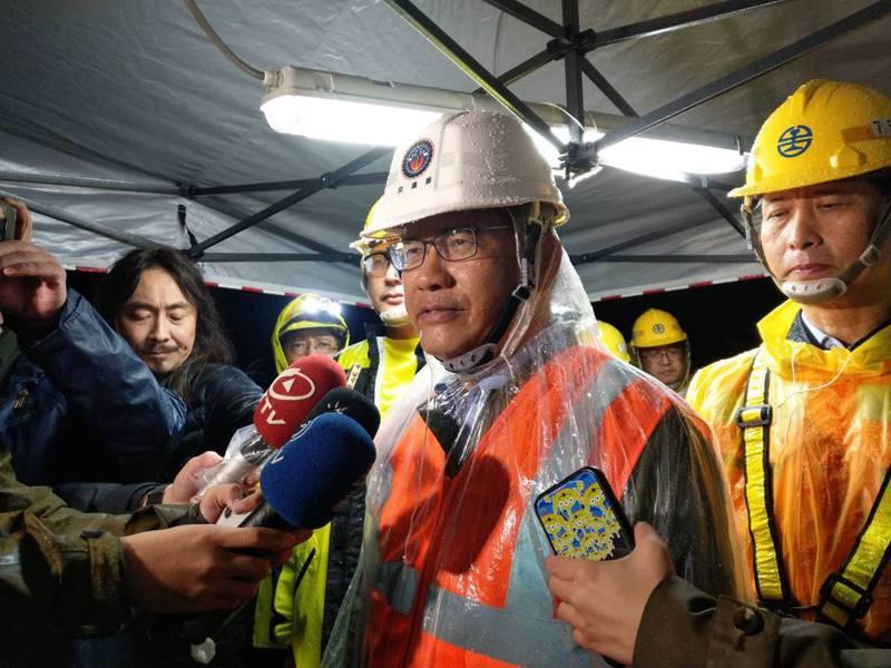 交通部長林佳龍,昨天親自到邊坡坍方現場視察。圖/交通部提供