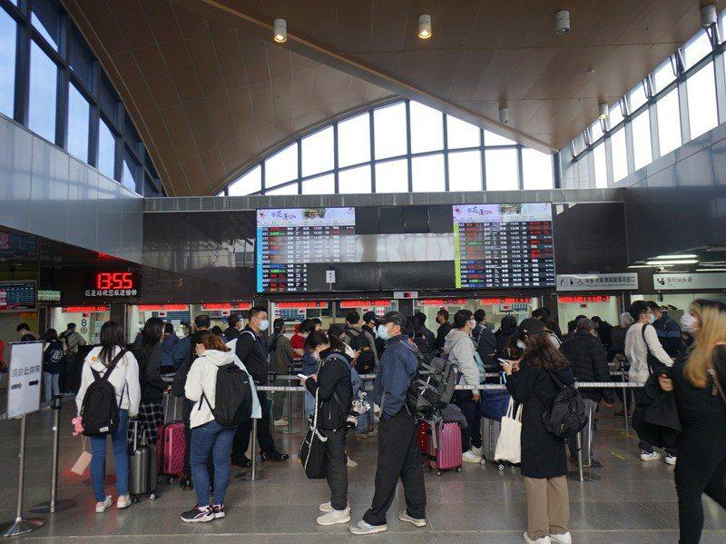 台鐵東部幹線昨中斷,花蓮火車站昨大批民眾趕著退換票,民宿昨晚起也出現退房潮。圖/聯合報系資料照片