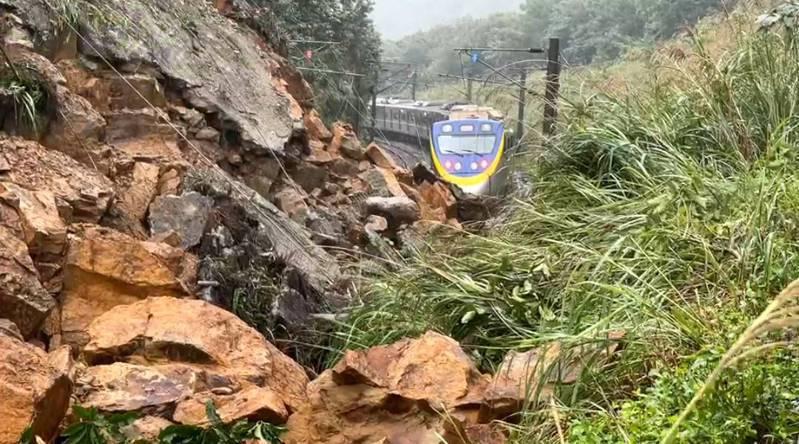 台鐵瑞芳至猴硐站間昨因連日豪大雨造成邊坡滑動,落石僅距火車不到30公尺。記者游明煌/翻攝