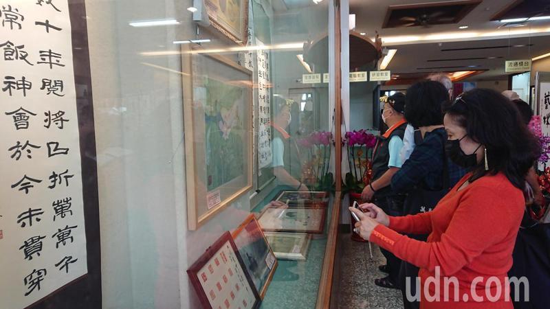 2020陳佳聲校長名家書畫收藏展吸引許多民眾參觀,拍下名家作品。記者簡慧珍/攝影