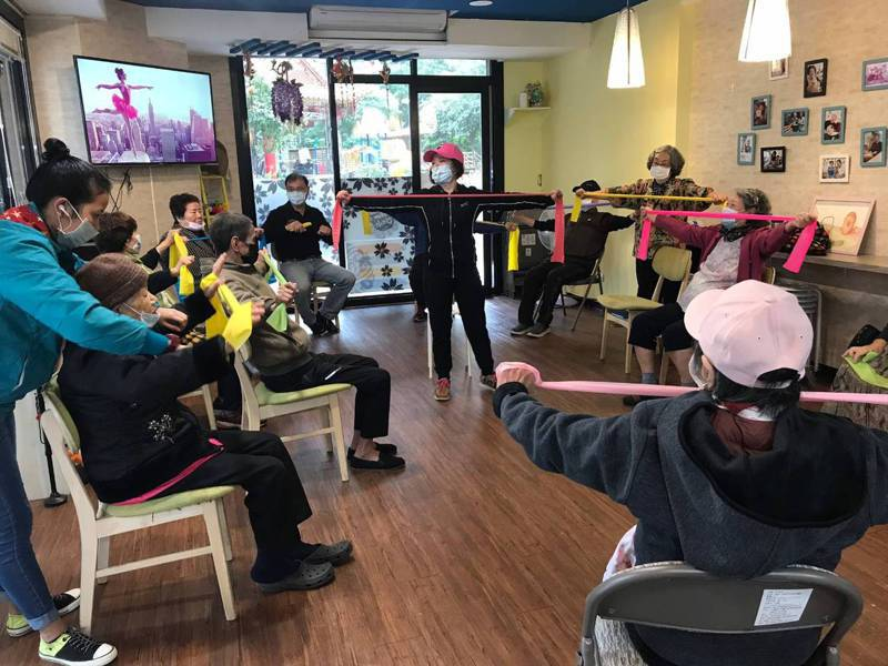 歡喜學堂每天都有不同活動,長者和移工看護一起學習同樂。圖/歡喜學堂推廣協會提供