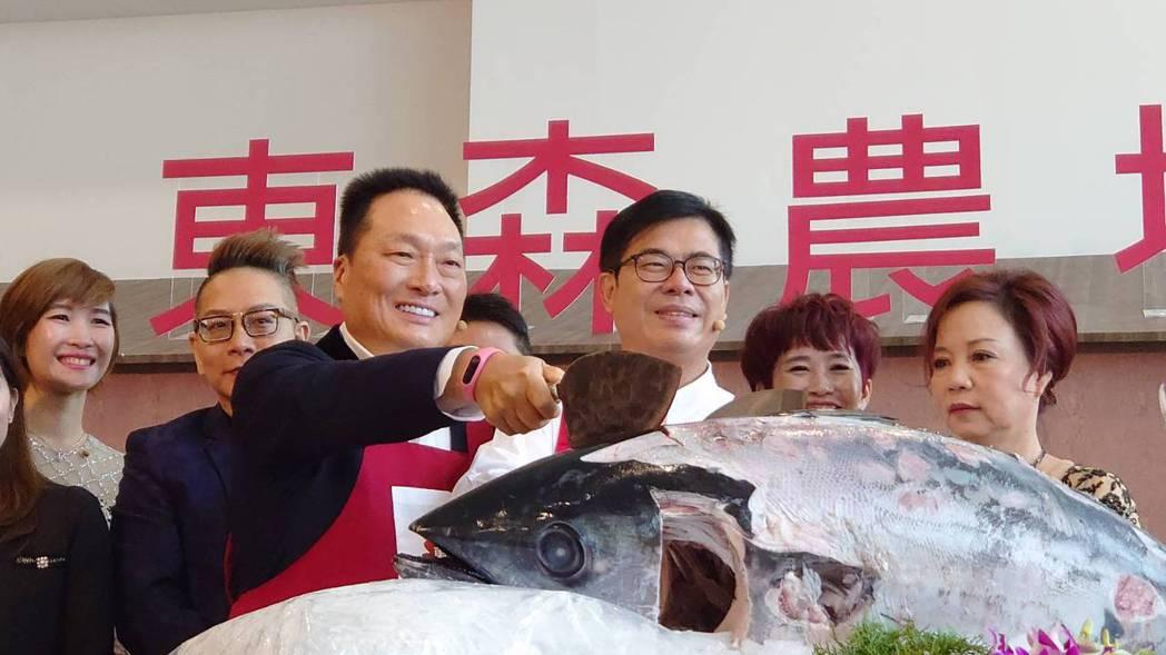 東森集團總裁王令麟(前排左一)和高雄市市長陳其邁(前排左二)今(5)日連袂出席東...