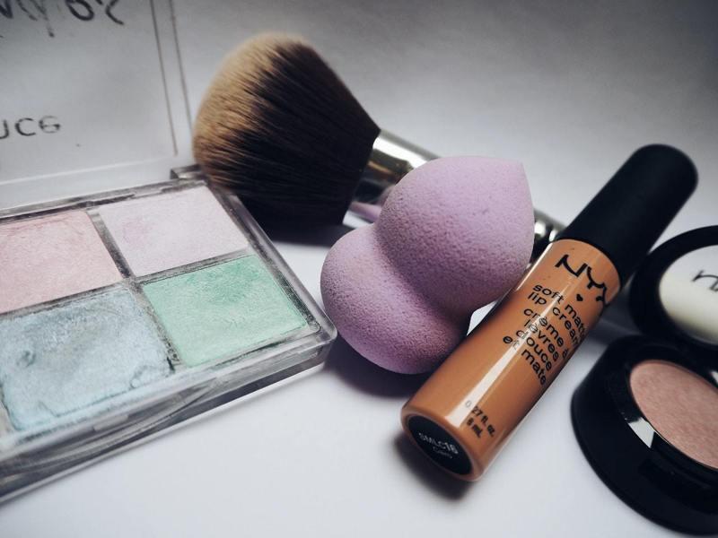 習慣使用輔助工具上底妝的水水們,使用底妝建議用點拍的方式。圖/摘自 pexels