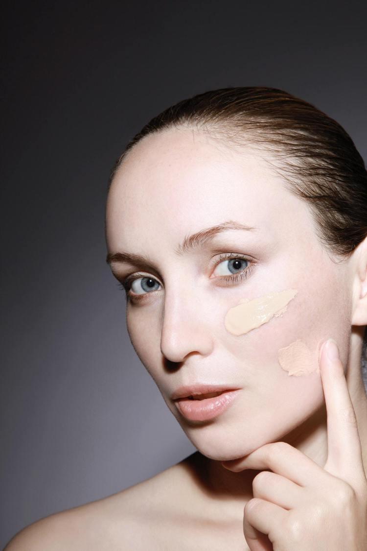 秋冬季選用底妝,可選滋潤度高的粉底霜,延長底妝的持妝時間。圖/摘自 pexels