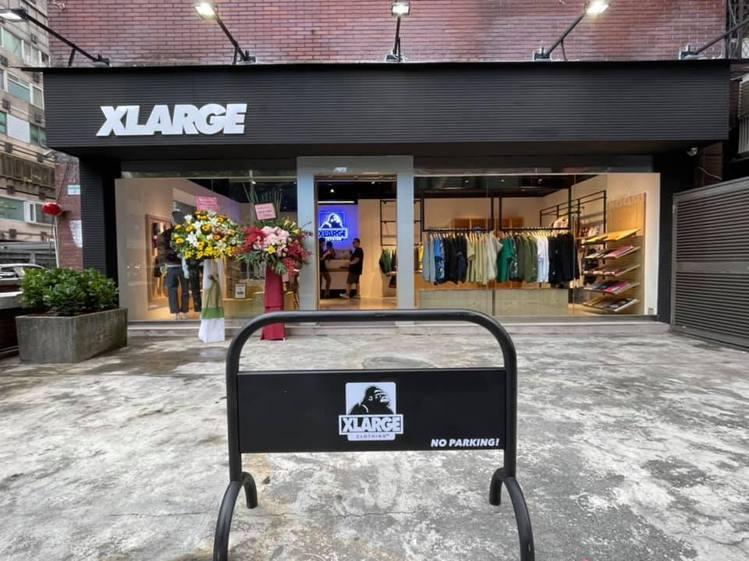 美式街牌XLARGE今年又回到東區後巷發跡地,重新開啟敦化門市。圖/摘自XLAR...