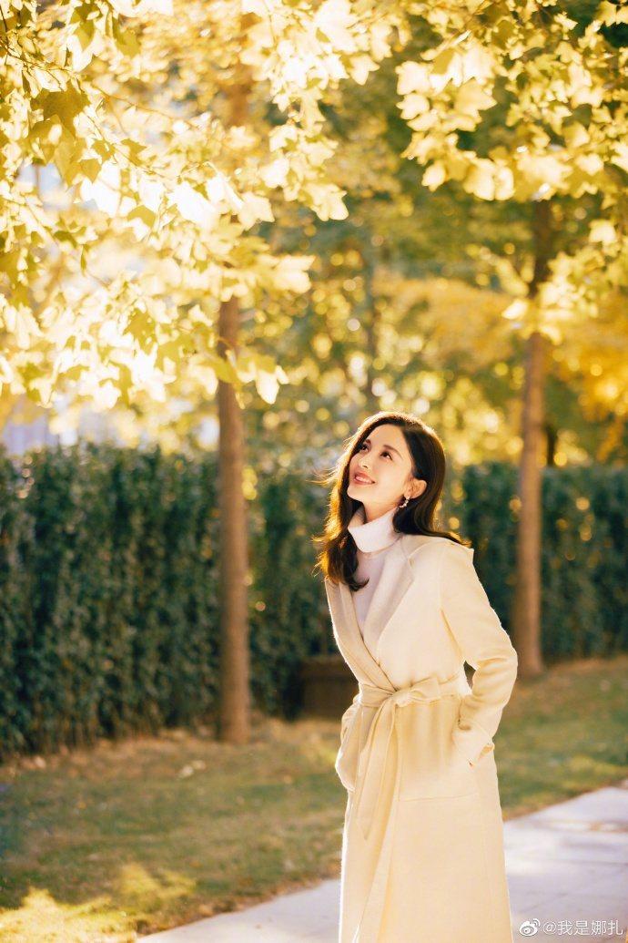 古力娜扎穿Loro Piana大衣簡直森林中的仙子,美出一道光環。圖/取自微博