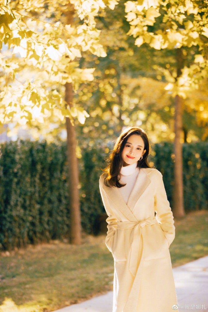 古力娜扎穿Loro Piana大衣簡直像在拍畫報。圖/取自微博