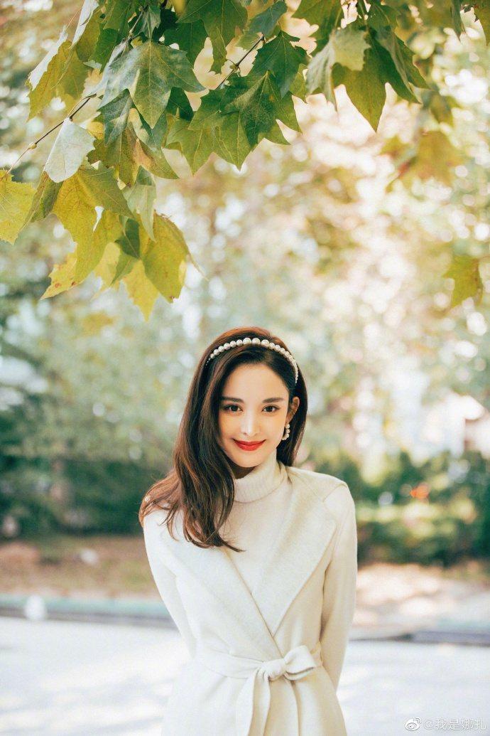古力娜扎穿Loro Piana大衣變身小公主的風格。圖/取自微博