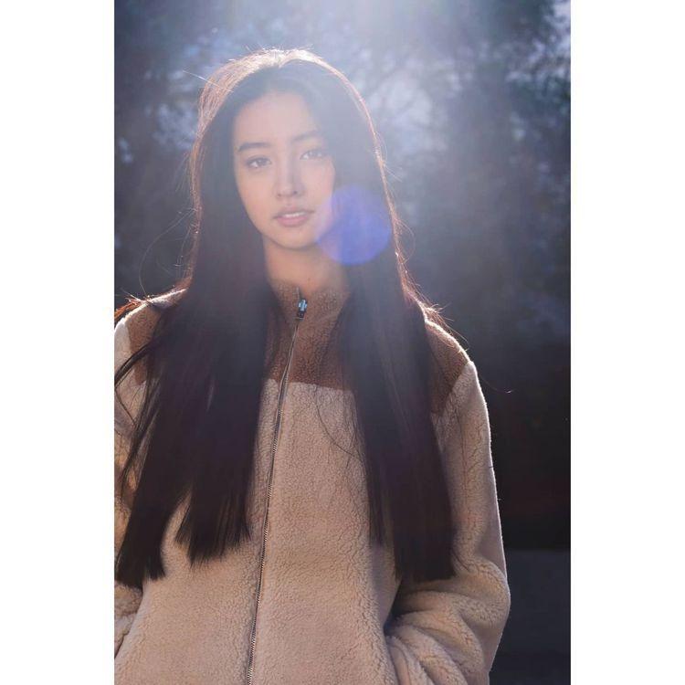 木村光希穿Loro Piana防風防雨羊絨雙面外套,姐姐木村心美掌鏡拍出一道光。...